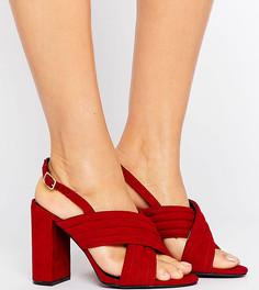 Сандалии из искусственной замши для широкой стопы на высоком каблуке с перекрестными ремешками New Look - Красный