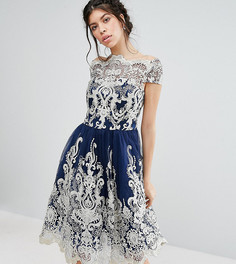 8d8b92da323c126 Кружевное платье миди для выпускного с вырезом лодочкой Chi Chi London  Premium - Темно-синий