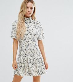 Плиссированное цельнокройное платье с высоким воротом и цветочным принтом Missguided Petite - Мульти