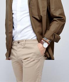 Часы с ремешком из коричневой искусственной кожи и браслет ASOS - Коричневый