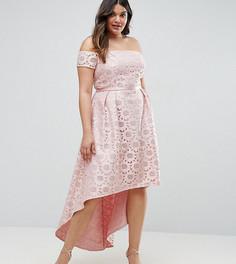 Асимметричное кружевное платье с вырезом лодочкой Chi Chi London Plus - Розовый