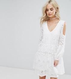 Платье с вышивкой и V-образным вырезом Boohoo Petite - Белый