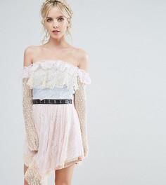 Кружевное платье мини с открытыми плечами и поясом металлик True Decadence Petite - Мульти