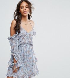 Платье с открытыми плечами, оборками по краю и цветочным принтом Glamorous Tall - Синий