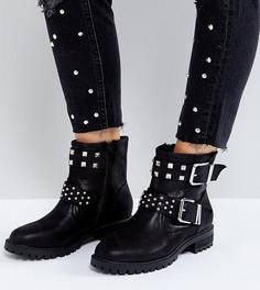 Ботинки в байкерском стиле для широкой стопы с заклепками ASOS ACT UP - Черный