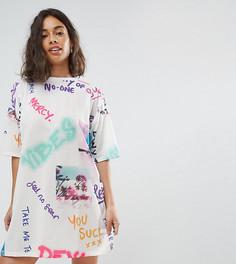 Платье-футболка с принтом в стиле граффити ASOS PETITE - Мульти