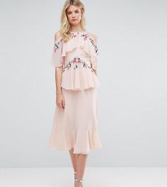 Ярусное платье миди с цветочной вышивкой, открытыми плечами и спиной Frock And Frill Tall - Розовый