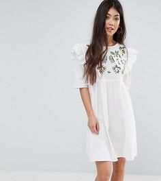 Свободное платье с вышивкой и оборками Boohoo Petite - Белый