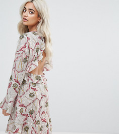 Короткое приталенное платье в цветочек с открытой спиной Boohoo Petite - Розовый