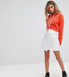 Виниловая мини-юбка с пряжкой на ремешке Missguided - Белый
