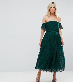Кружевное платье миди для выпускного с открытыми плечами ASOS PETITE - Зеленый