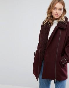 Пальто с воротником из искусственного меха Monki - Красный