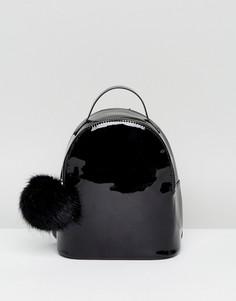 Лакированный мини-рюкзак с помпоном ASOS - Черный