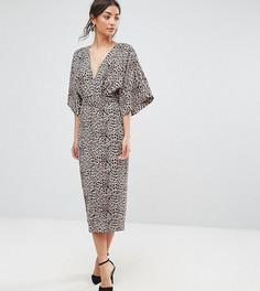 Платье-кимоно со звериным принтом и глубоким вырезом ASOS TALL - Коричневый
