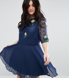 Плиссированное платье с кружевом и вышивкой ASOS CURVE PRЕMIUM - Темно-синий
