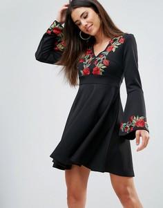 Короткое приталенное платье с глубоким V-образным вырезом и вышивкой Club L - Черный