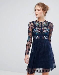 Короткое приталенное платье с цветочной вышивкой и кружевной отделкой Frock And Frill - Темно-синий