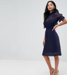 Кружевное плиссированное платье миди с высоким воротом TFNC Petite - Темно-синий