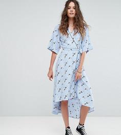 Платье в пижамном стиле с запахом и принтом Glamorous Tall - Синий