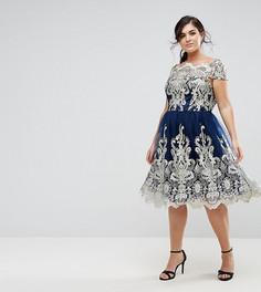 Платье миди для выпускного с кружевом металлик и открытыми плечами Chi Chi London Plus Premium - Темно-синий