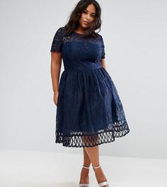 Кружевное премиум-платье с короткими рукавами и резной отделкой Chi Chi London Plus - Темно-синий
