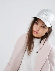 Серебристая кепка с эффектом металлик New Era 9Forty - Серебряный