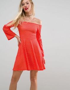 Короткое приталенное платье в горошек с широким вырезом и рукавами клеш ASOS - Мульти