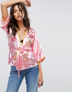 Атласный топ-кимоно с запахом и цветочной вышивкой Glamorous - Розовый