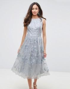 Кружевное платье миди с 3D цветами Chi Chi London - Серый