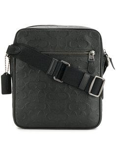 сумка-почтальонка с тисненым логотипом Coach
