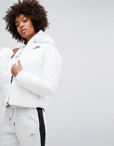 Короткая дутая куртка с названием бренда на поясе Nike - Белый