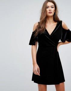 Платье из бархата с запахом и вырезами на плечах Boohoo - Черный