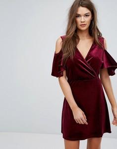 Платье из бархата с запахом и вырезами на плечах Boohoo - Красный