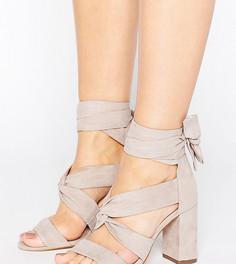 Серые сандалии на каблуке с завязкой для широкой стопы Lost Ink - Серый