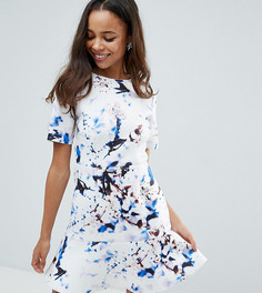 Платье-футболка мини с мраморным принтом и баской по краю ASOS PETITE - Мульти