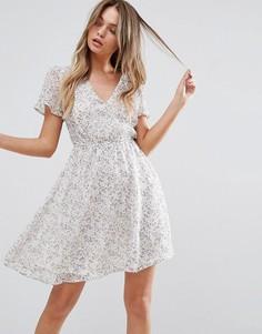 Короткое приталенное платье с рукавами клеш New Look - Кремовый