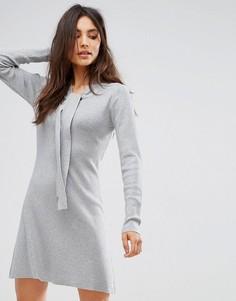 Платье-джемпер с завязкой на шее QED London - Серый