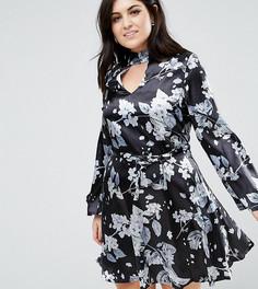 Атласное приталенное платье с чокером и принтом Club L Plus - Мульти