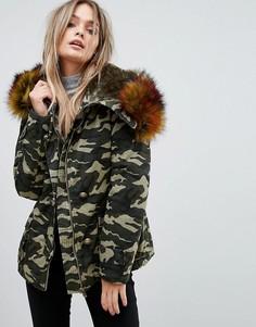 Куртка с камуфляжным принтом и отделкой из искусственного меха PrettyLittleThing - Зеленый