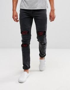 Черные джинсы скинни с красными вышитыми надписями ASOS - Черный