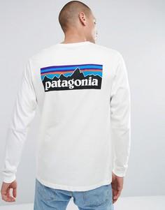 Белый лонгслив с принтом на спине Patagonia - Белый