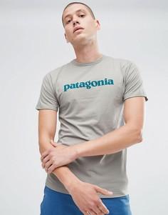 Серая узкая футболка с текстовым логотипом Patagonia - Серый