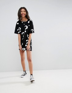 Платье-футболка с принтом вопросительных знаков и V-образным вырезом на спине ASOS - Мульти