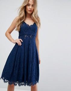 Кружевное платье миди на бретелях Chi Chi London - Темно-синий