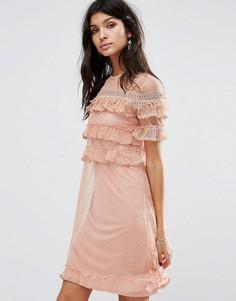 Платье из сетки в горошек с ярусными оборками River Island - Розовый