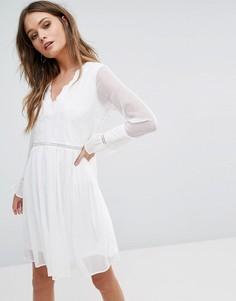 Свободное платье с вышивкой и рукавами клеш River Island - Кремовый