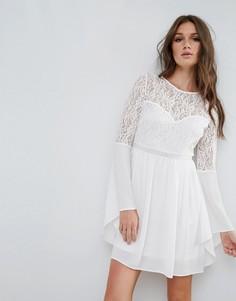 Платье с кружевной отделкой и рукавами клеш River Island - Белый