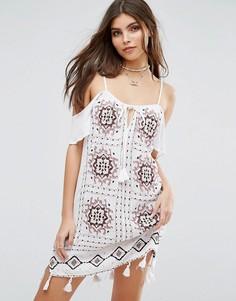 Пляжное платье с вырезами на плечах и кисточками по краю River Island - Белый