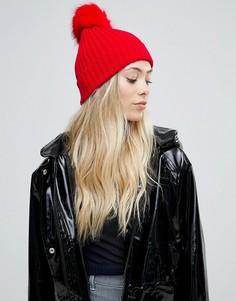 Ярко-красная шапка-бини с меховым помпоном ASOS - Красный