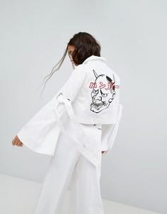 Джинсовая куртка с широкими рукавами и принтом на спине Hanger - Белый